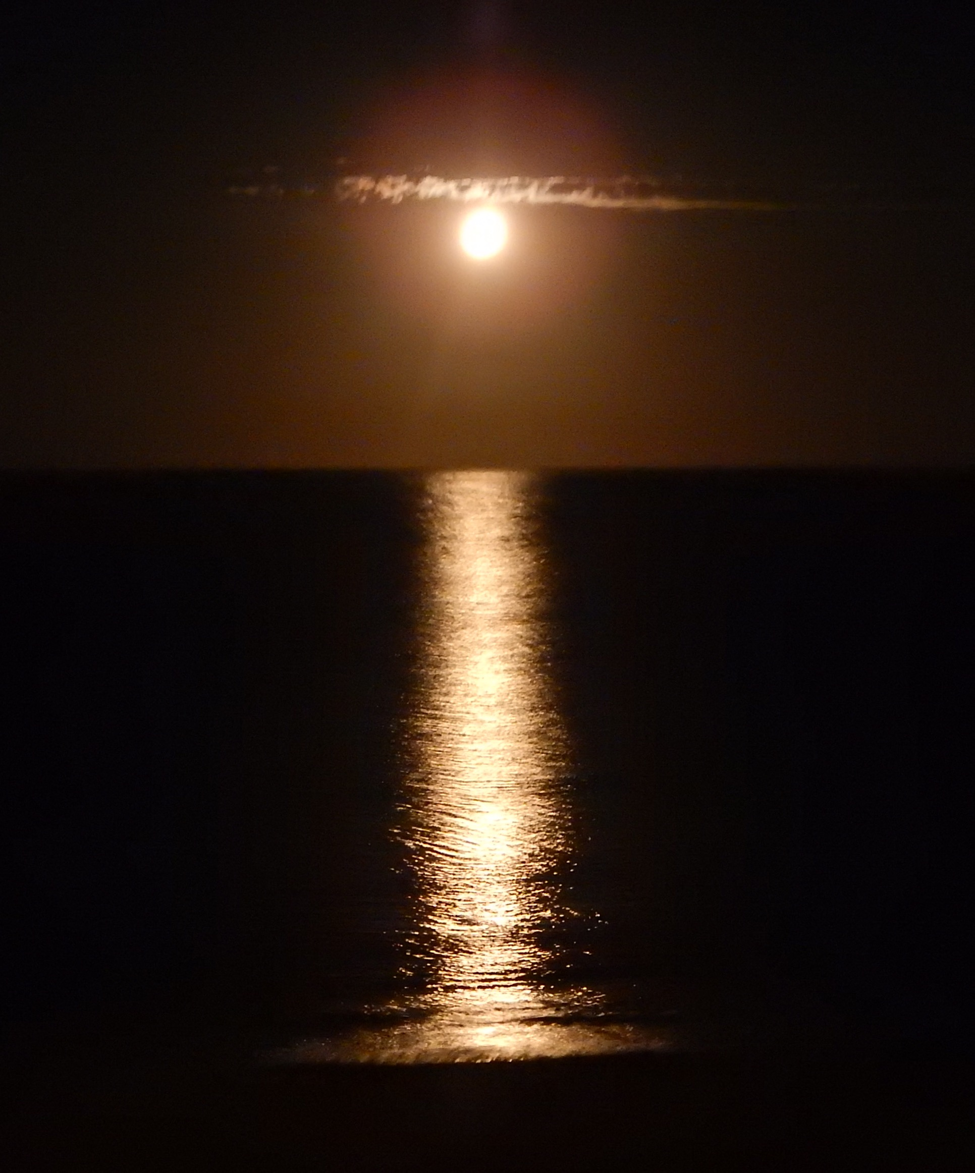 Christmas Full moon over Bass Strait somehow reminds me of Japanese calligraphy.