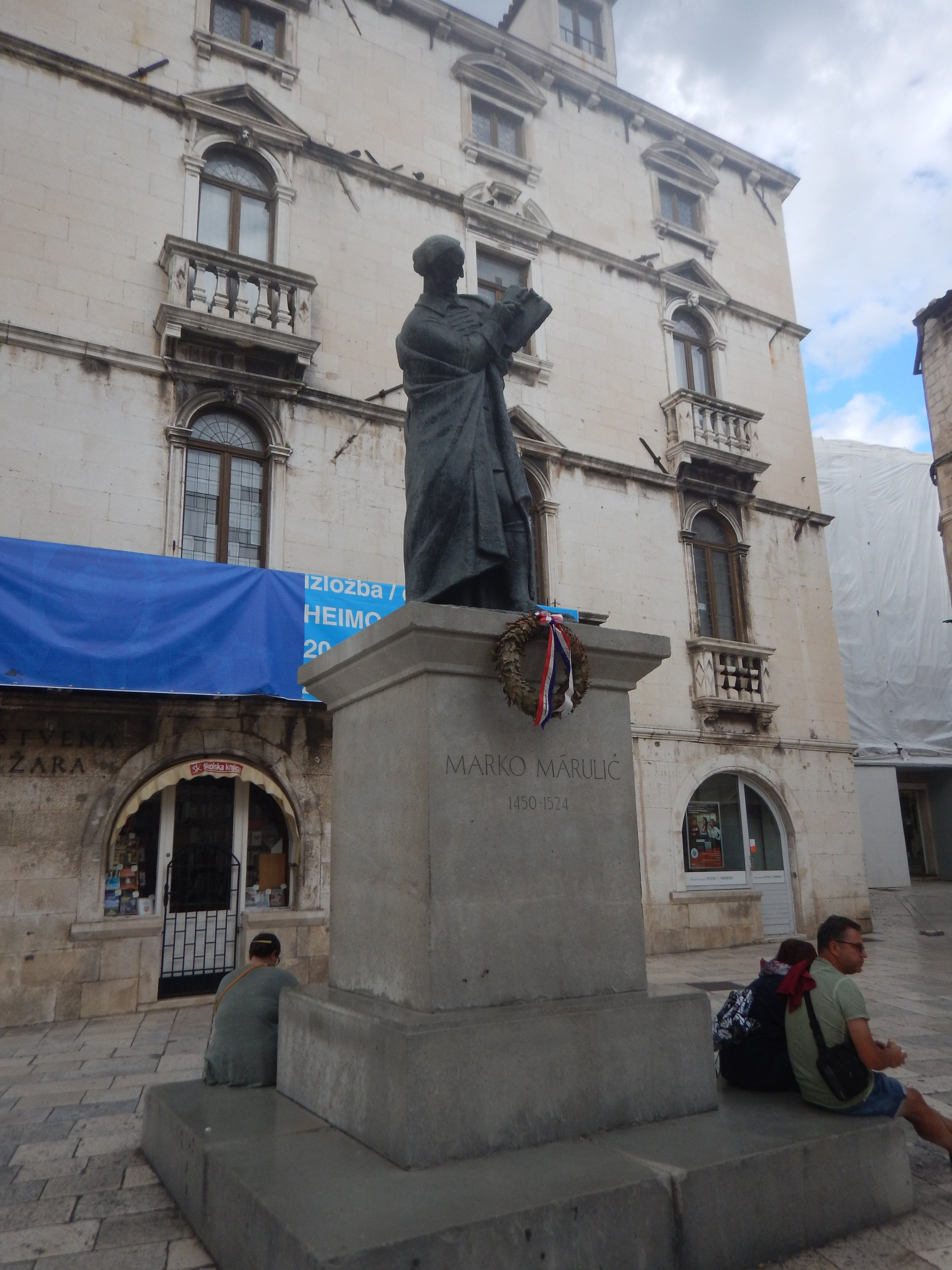 A beautiful bronze sculture of Marko, in one of the courtyards I need the Old Town, Split.  He also features on the 500 Kuna note, but I haven't seen any of those.