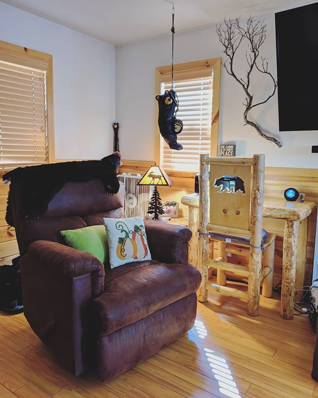 New cabin decor: wooden Bear themed desk with matching chair in the living room! 🐻 . Book at http://bearlyhomecabin.com . #airbnb #vacation #relax #bears #cabin #mountaind #cozy #bigbear #bigbearlake