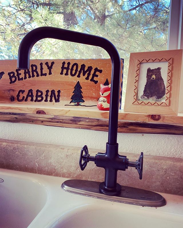 New dark metal faucet upgrade for the kitchen sink! Old school looks 🥰