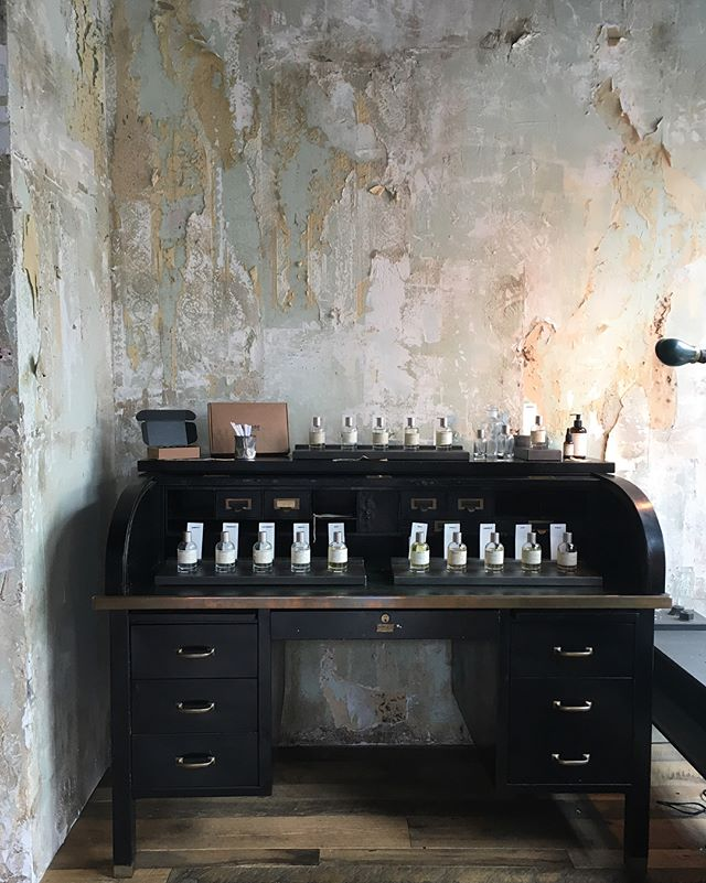 The best thing about traveling is to find new inspiration. This little beauty corner we found in Williamsburg Brooklyn. Love the patterned of old wallpapers with the perfect smell of perfumes. @upscale_interiors * * * #travel #inspiration #wallpaper #perfume #decoration #brooklyn #newyork #designthelifeyoulove