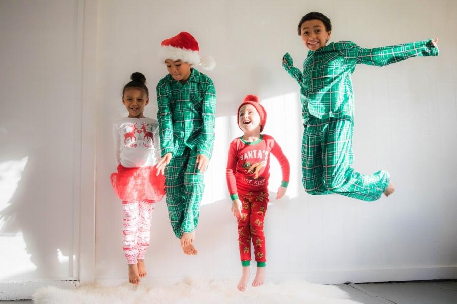 bambini-saltano-natale.jpg