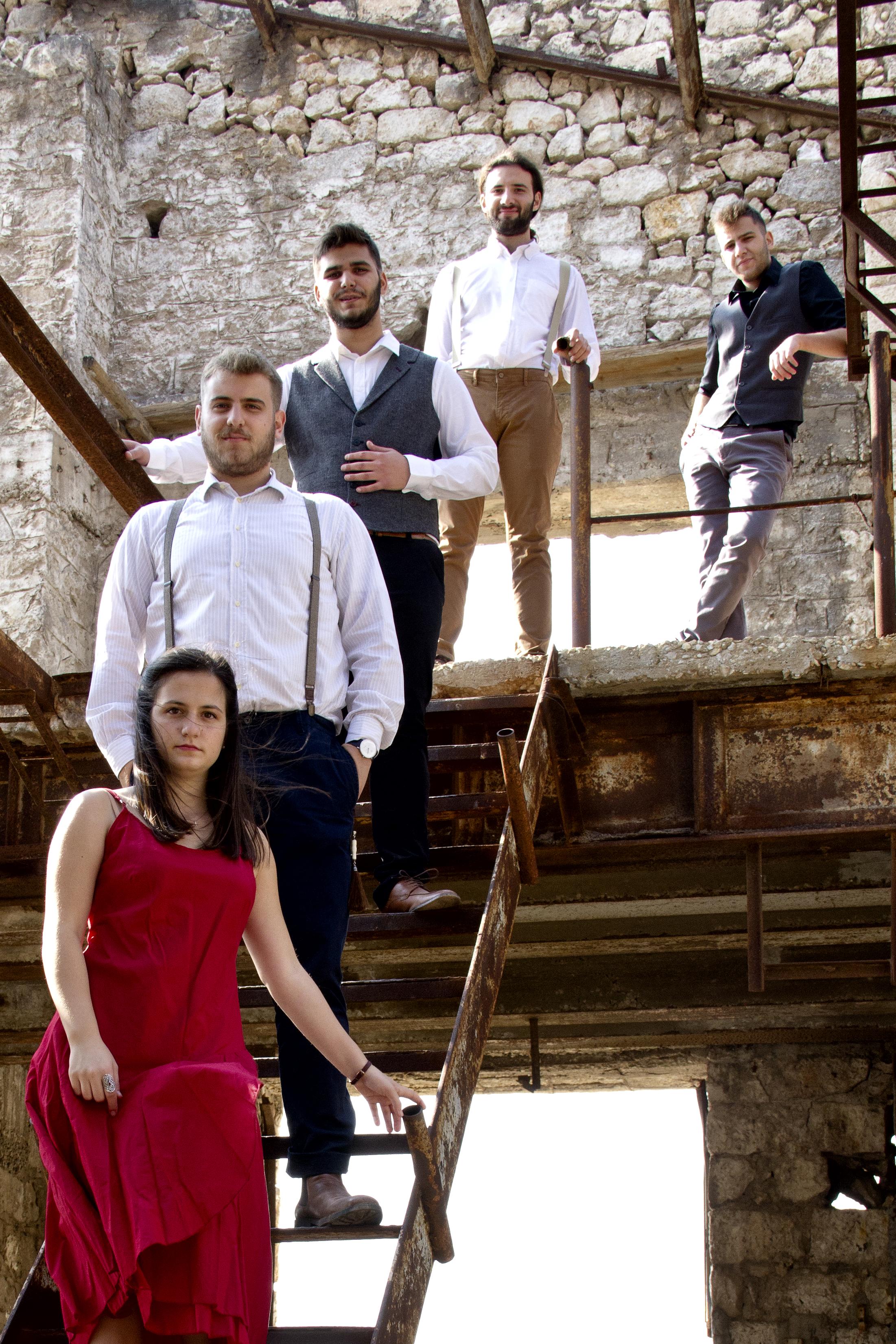 Το Σχήμα - Πέντε ήχοι, πέντε άνθρωποι, πέντε προσωπικότητες. Με μια κοινή συνιστώσα. Την ανάγκη για έκφραση, πειραματισμό, σύνθεση και μουσική συνύπαρξη στον χώρο της λαϊκής κουλτούρας και της ζώσας παράδοσης των Ελλήνων.Η μπάντα συστάθηκε και συστήθηκε στο αθηναϊκό κοινό στα τέλη του 2014 και απαριθμεί μέχρι τώρα δεκάδες συνεργασίες με πολιτιστικούς φορείς και μουσικά φεστιβάλ στην Αθήνα, την επαρχία αλλά και το εξωτερικό. Η εκτενής μελέτη της πλειονότητας των μουσικών ηχοχρωμάτων ανά την Ελλάδα αποτελεί μία διαρκή αναζήτηση για το σχήμα, με αποκορύφωμα την έμπνευση για σύνθεση.Ως αποτέλεσμα αυτών, έρχεται η δημιουργία ενός προσωπικού ύφους το οποίο θα αποτελεί γνώρισμα και ιδίωμα του σχήματος προς το ευρύ κοινό.Αγγελική Παρδάλη ~ Σαντούρι , ΤραγούδιΧάρης Λύγκος ~ ΒιολίΠάνος Σκουτέρης ~ Πνευστά, ΤραγούδιΠαναγιώτης Σταθάκης ~ ΛαούτοΚώστας Καραμέσιος ~ Κρουστά