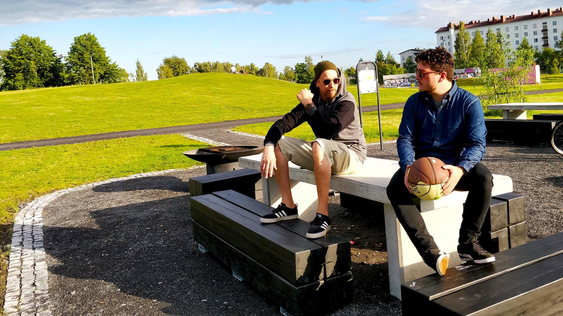 Pitkän linjan räp-artistit Olli PA ja Henry K kuvaavat uuden musiikkivideon Kaaoslavalla Oulussa.