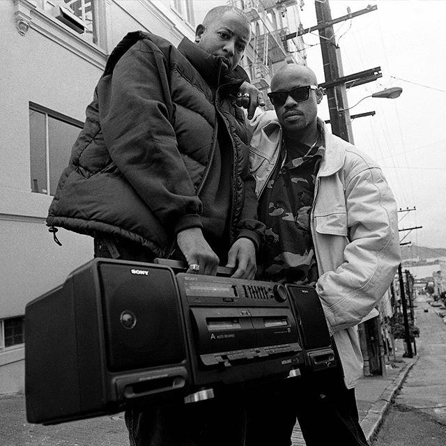 Gurun poismenosta tulee keväällä kuluneeksi kymmenen vuotta. Gurun ja DJ Premierin muodostaman Gang Starrin edellinen julkaisu on 2003 ilmestynyt The Ownerz. Uudella Family and Loyalty biisillä kuullaan Gurun lisäksi J-Colen vokaaleja versen verran. Lue koko juttu osoitteesta www.tulvamedia.fi  @gangstarr @djpremier @jcolewrld #gangstarr #diamondsandloalty #djpremier #jcole #tulvamedia