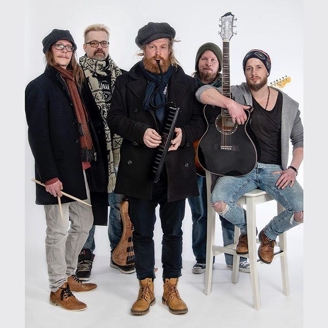"""Alun perin vain yhtä keikkaa varten perustettu The Meänland julkaisi perjantaina debyyttialbuminsa, joka on kirjava läpileikkaus bändin kymmenen vuotiselta matkalta. """"Met ei olla varhmaankhaan kovin tietosesti lähetty hakehmaan mithään tiettyä tyyliä joka meät erottais. Olhaan menty aina biisien ehoilla ja siittä on syntyny meän näköstä rekkeetä"""", kertoo yhtyeen basisti ja lauluntekijä Jani Nikula. Lue koko juttu osoitteesta tulvamedia.fi  @themeanlandofficial #themeänland #meänland #lapland #lappi #tulvamedia"""