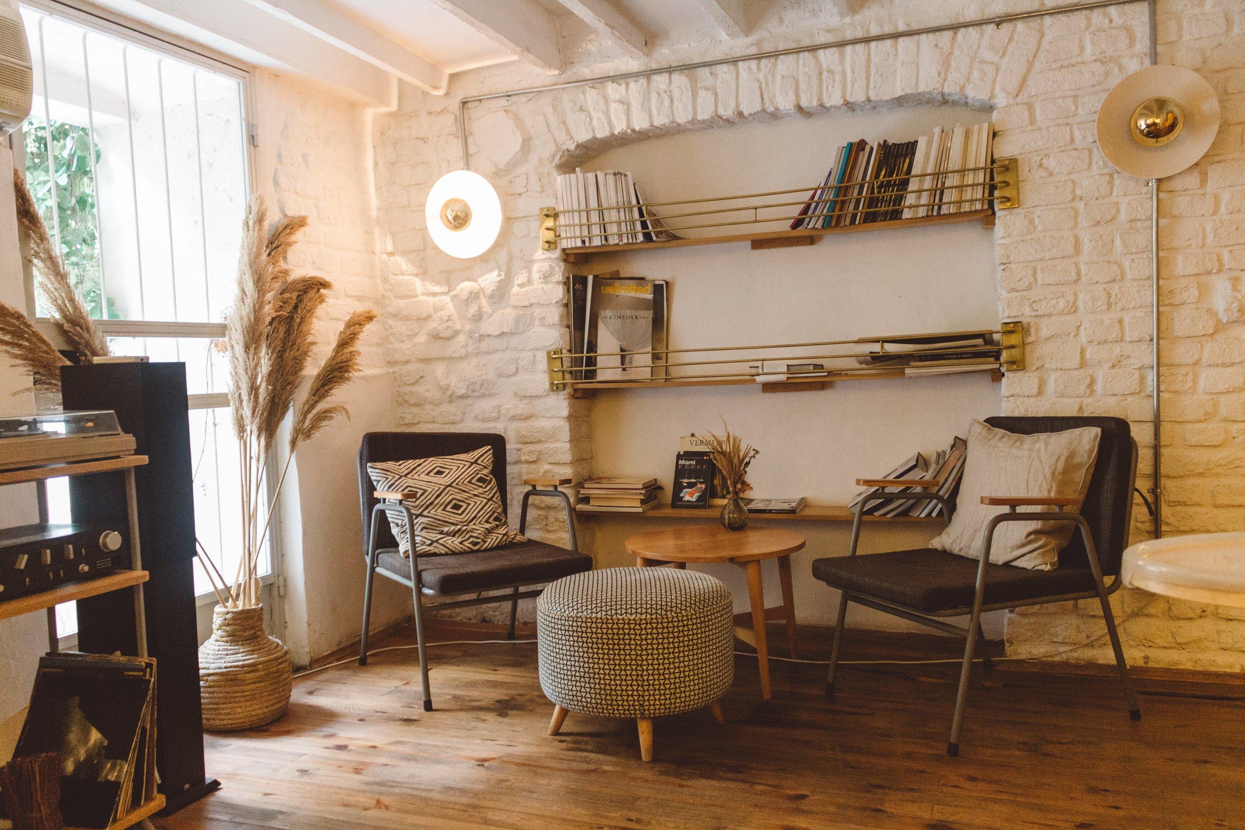 apartment-books-chairs-2079246.jpg