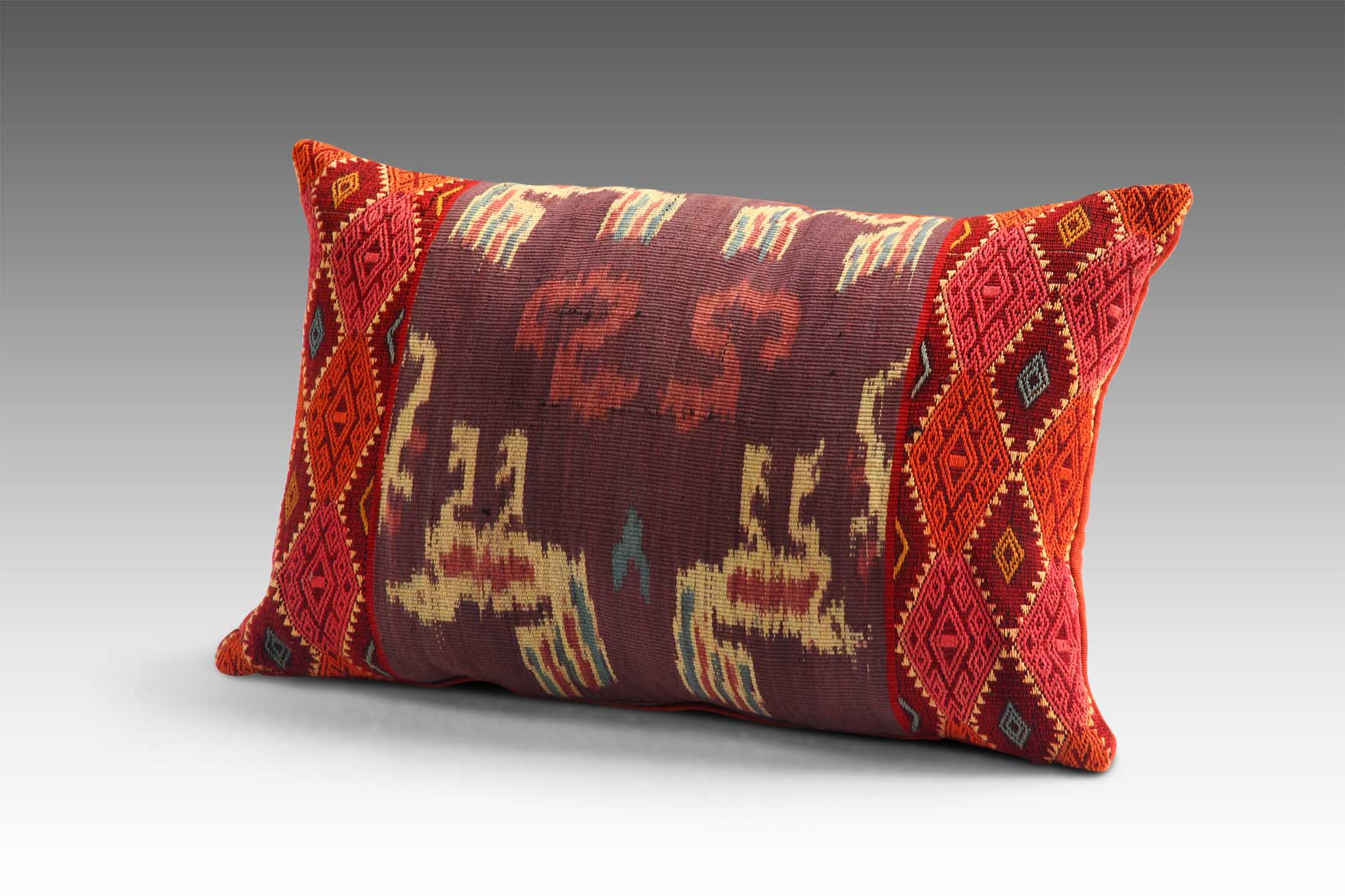 CUSHIONS & PILLOWS -
