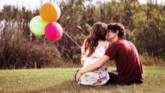 balloon-couple-kiss-romantic-650x366.jpg