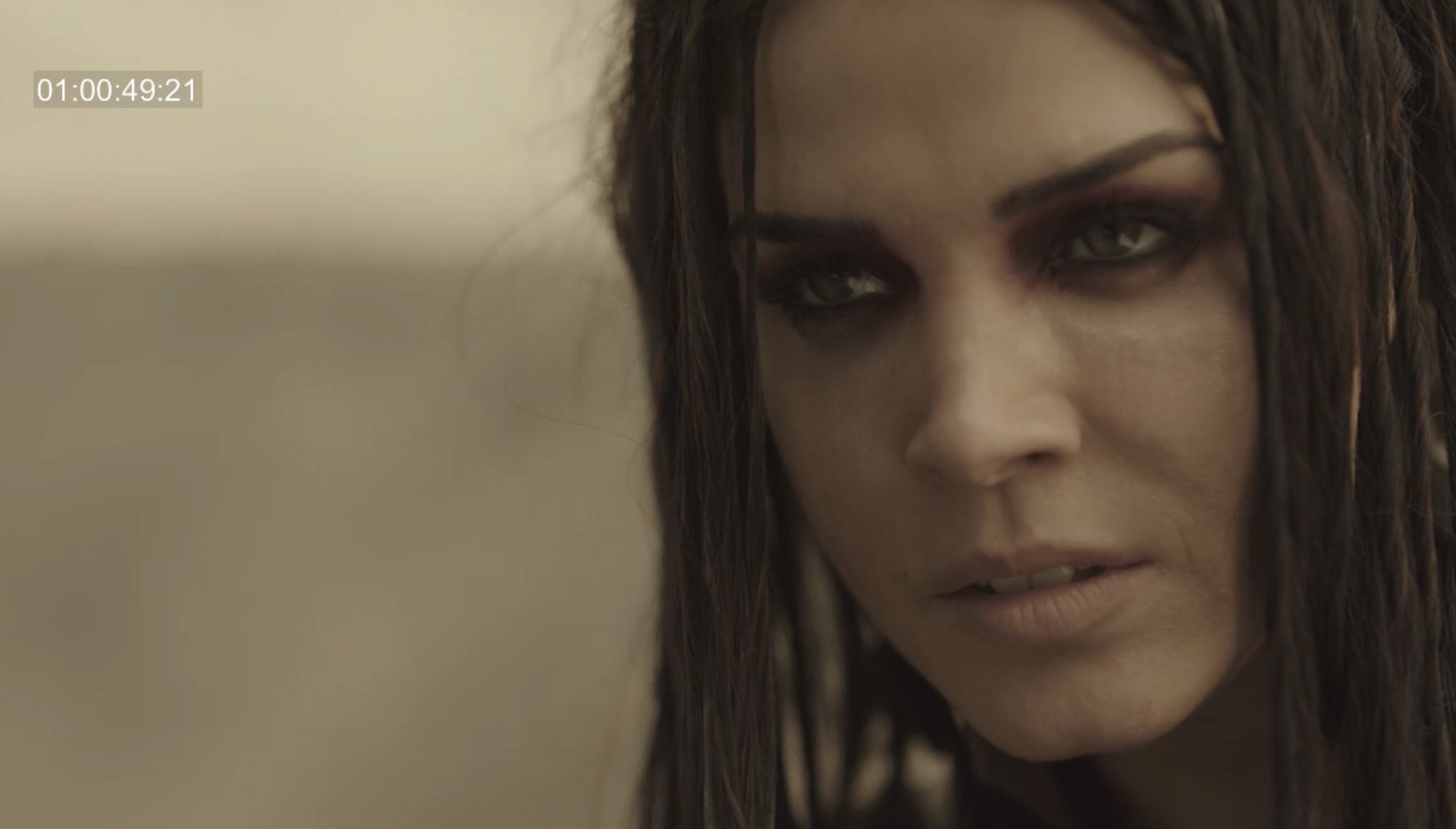 Octavia Blake (Marie Avgeropoulos) in Season 5 of  The 100  (via @JRothenbergTV)