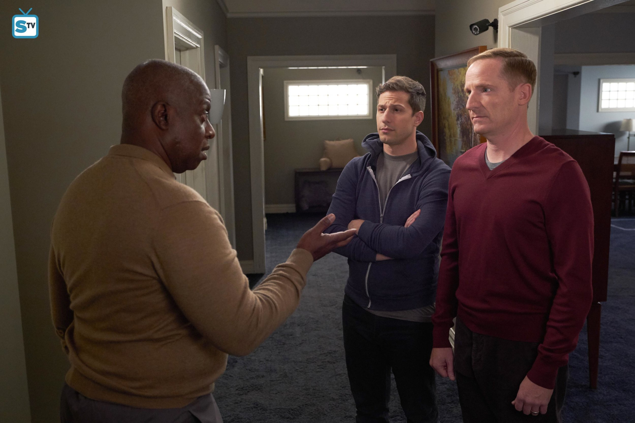 Holt is strongly against Jake and Kevin leaving the house, giving rise to tensions between the couple