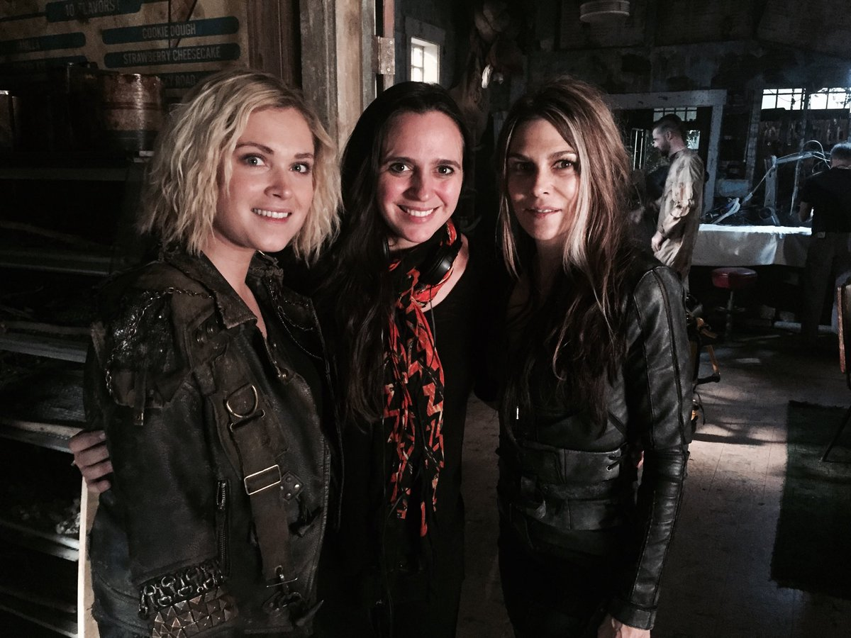 Eliza_&_Paige_on_S5_set.jpg