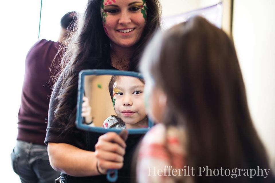 Face painting holding mirror