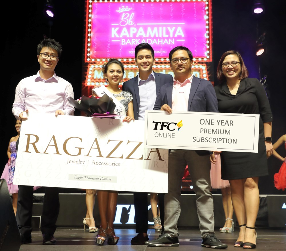 The very first Bb. Kapamilya Barkadahan 2018 awardee was GelbeyJoy Genosas(2nd from left). Her prizes were presented by, from left, the representative from Ragazza Jewelry & Accessories; Kapamilya artist Joshua Garcia; ABS-CBN Global head of Events Ricky Resurreccion; and ABS-CBN Global Asia Pacific Regional Marketing Head and Country Manager for South Asia Maribel Hernaez.