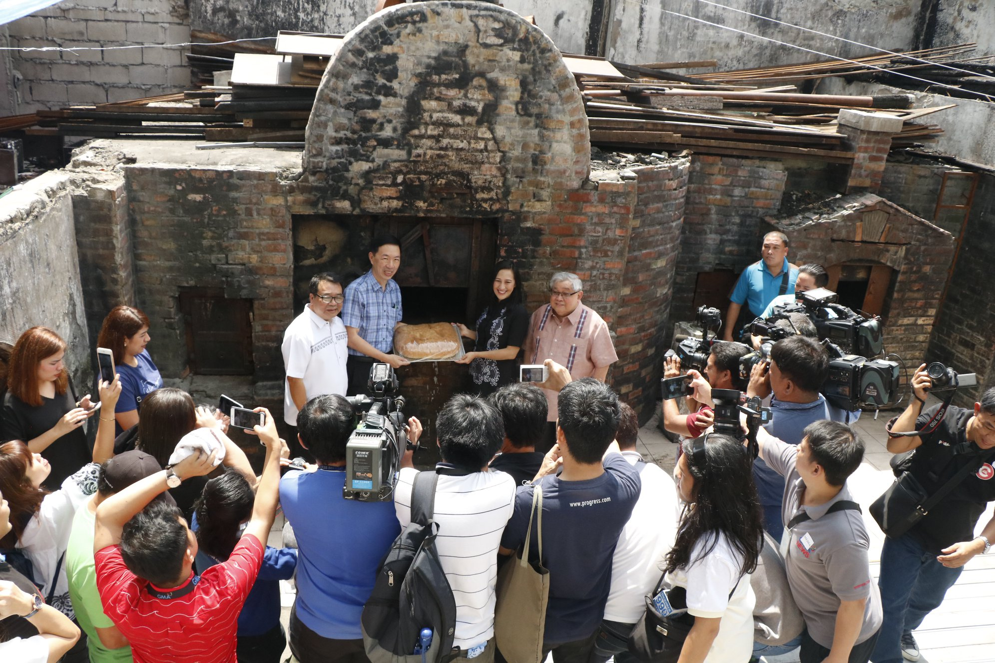 At the ruins of the burnt Kamuning Bakery Cafe before the brick oven ( horno ) with Neri Colmenares, QC Vice Mayor Joy Belmonte, and GMA CEO Felipe L. Gozon