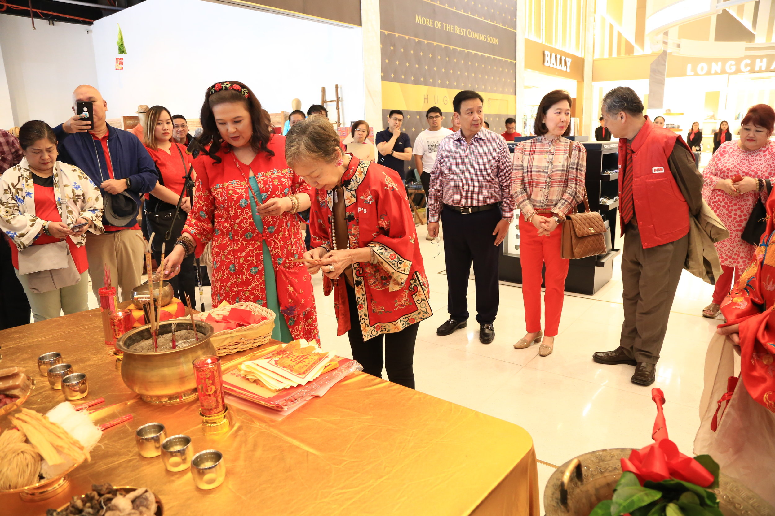 Feng shui expert Princess Lim Fernandez (left) with Ms. Jullie Yap-Daza (right) during the wishing ceremony.