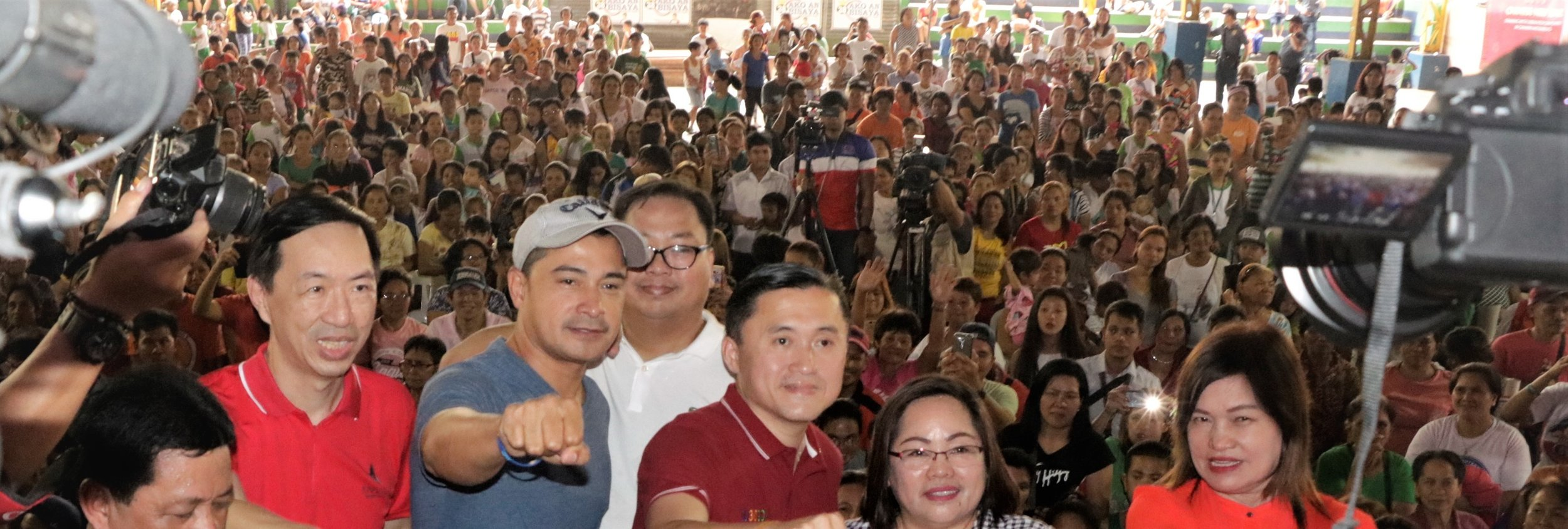 Former SAP and now senatorial aspirant Bong Go in Camarin, Caloocan City during Anvil's Business Culb outreach. He helped in distributing 10.000 tikoy in Camarin D Elementary School. With him is actor Cesar Montano and Anvil's past President Wilson Lee Flores (left).