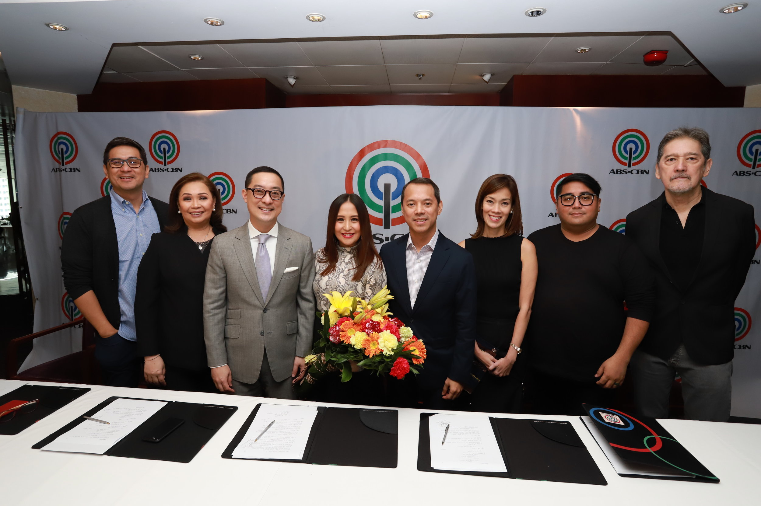 Jolina Magdangal with ABS-CBN executives.JPG