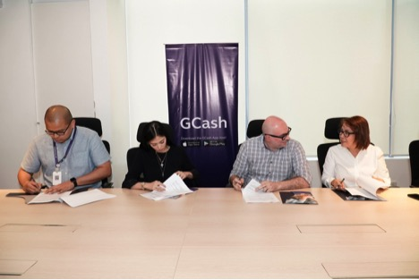 Alex Gonzaga is now the new Ambassador of GCash. In photo (L-R), Corporate Communications Vice President Ney Villasenor, Alex Gonzaga, Money Transfer Vice President Frederic Levy and Mommy Pinty Gonzaga during the Contract Signing at the Tambayan - GCash Headquarters