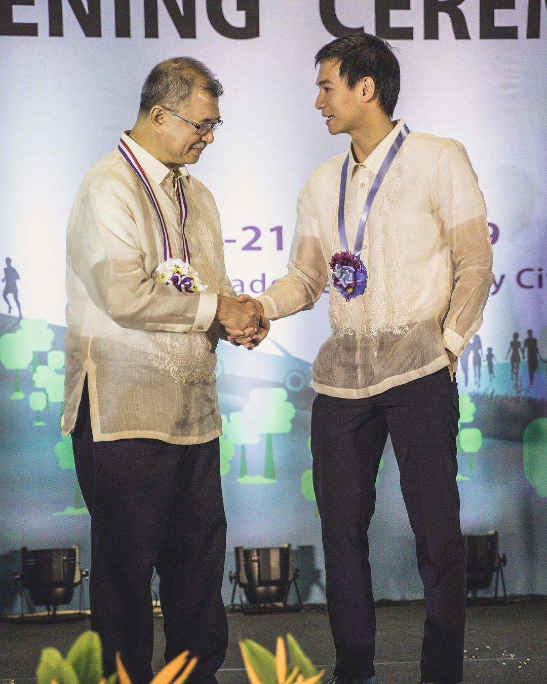DoST Sec. Fortunato de la Peñ congratulates I-Bilib host Chris Tiu after naming his the agency's ambassador