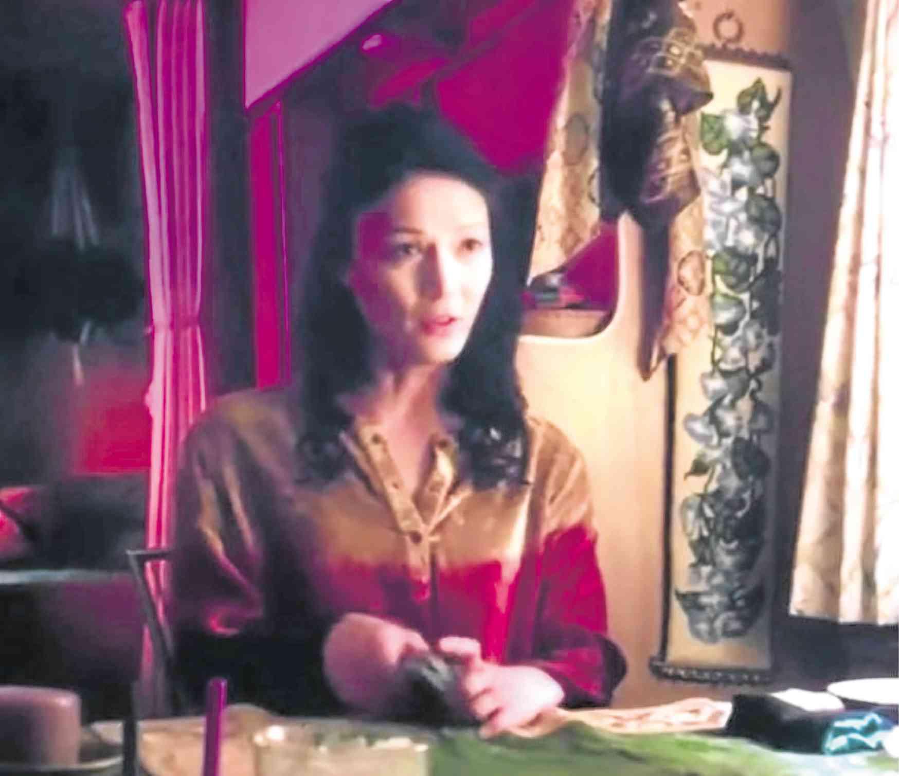 Bb. Gandahanghi in a scene in Glow's Season 3 Episode 8 as a fortune teller