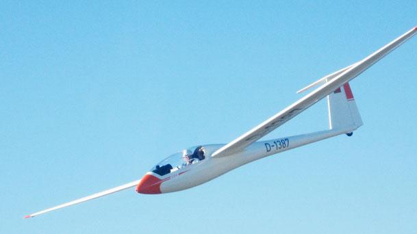 Schleicher ASW 19BOE-5228 - Einsitzer, LeistungsseglerSpannweite:15,00 mBauart:GFKStartgewicht:454 KgGeschwindigkeitsber.:65 - 250 Km/hStartart:F-Schlepp, WindeGleitzahl:38Baujahr:1979Fahrwerk:Einziehfahrwerk