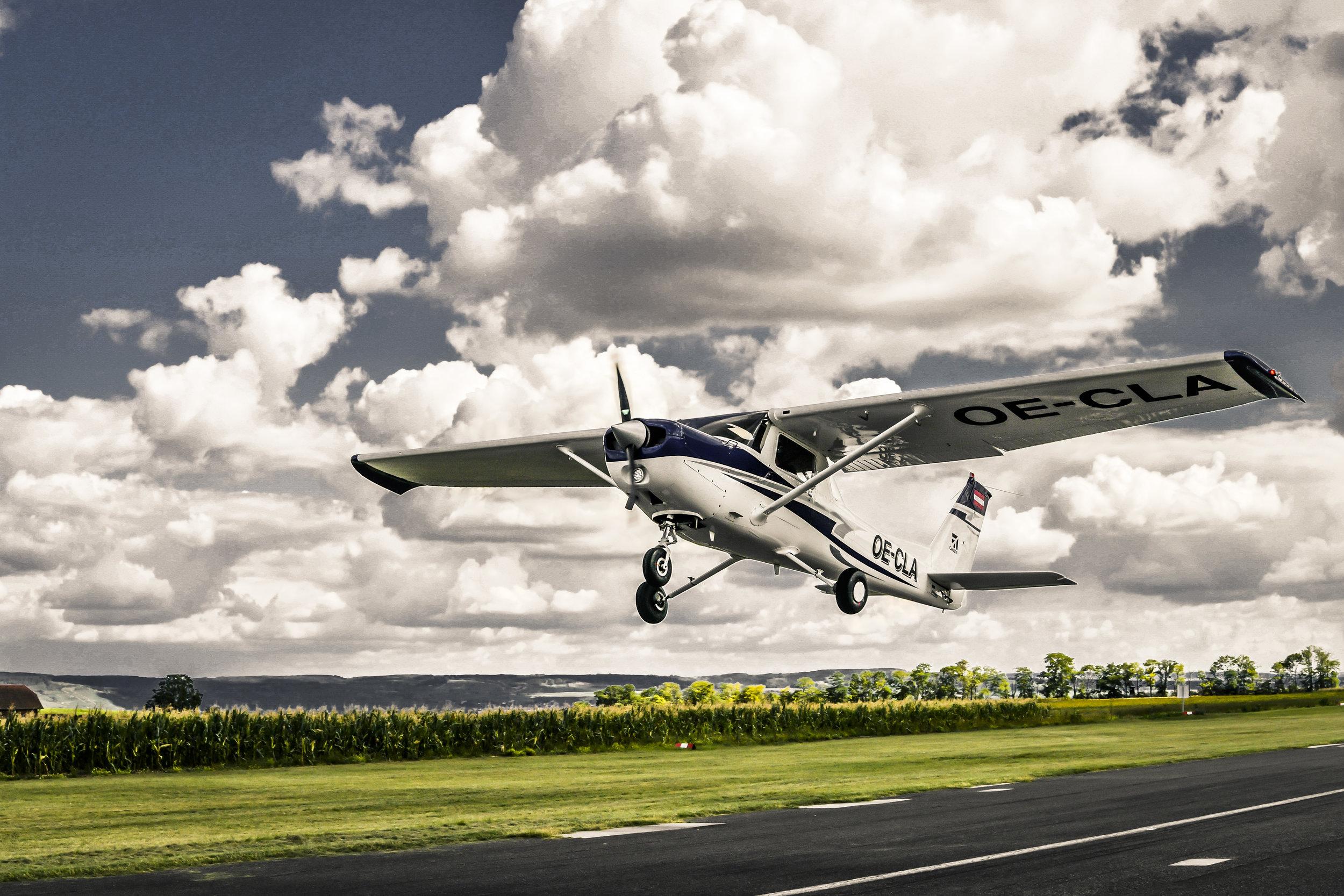 Cessna 152OE-CLA - zweisitziges Schul- & ReiseflugzeugSpannweite: 8,20 mAntrieb: Lycoming O-235 L2CStartgewicht: 726 KgReisespeed: 160 Km/hMotorleisung: 115 PSTankinhalt: 110 L BleifreiReichweite: ca 650 Km