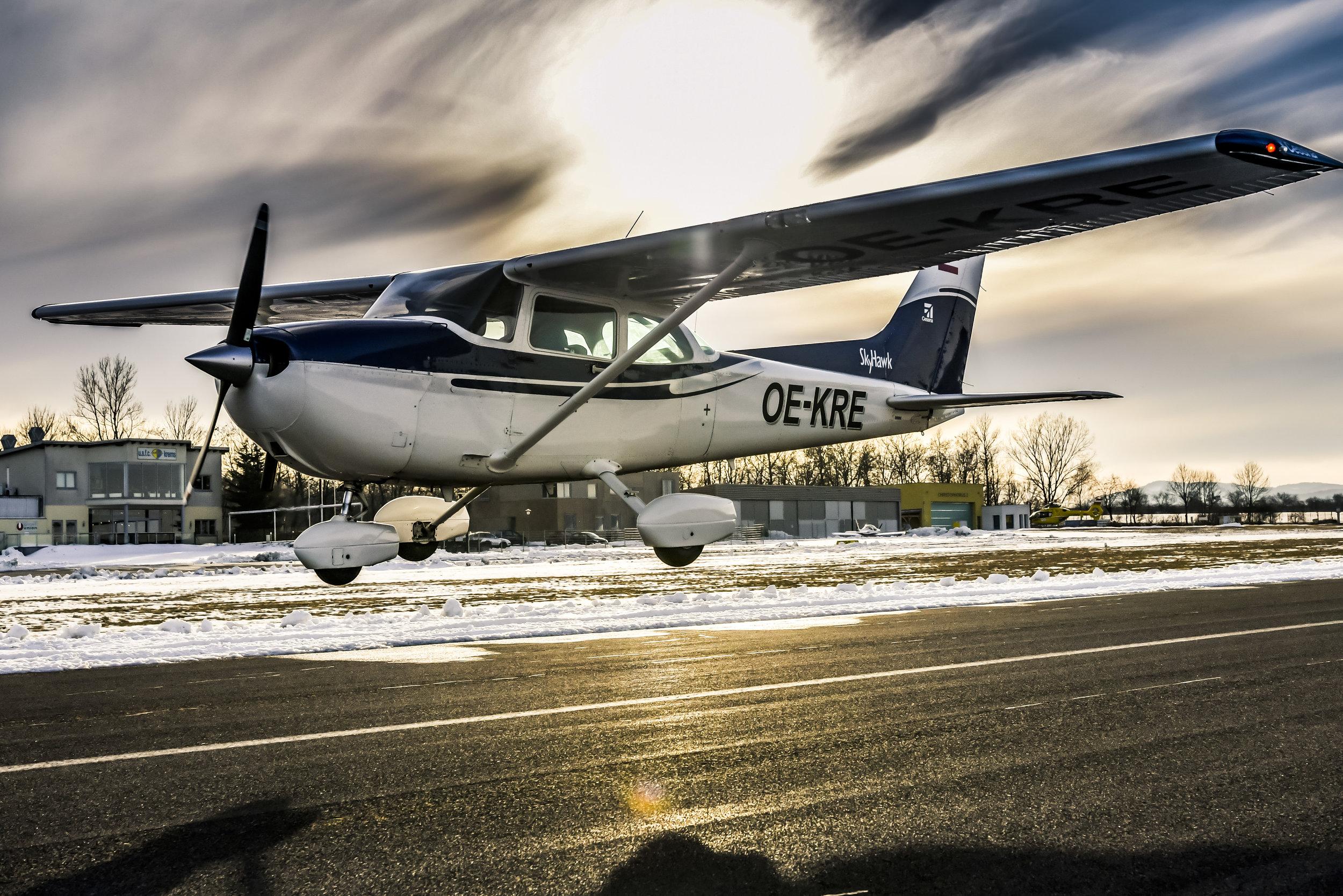 Cessna 172 P OE-KRE - viersitziges ReiseflugzeugSpannweite: 9,20 mAntrieb: Lycoming O-320 D2JStartgewicht: 1089 KgReisespeed: 180 Km/hMotorleisung: 160 PSTankinhalt: 180l BleifreiReichweite: ca 800 Km