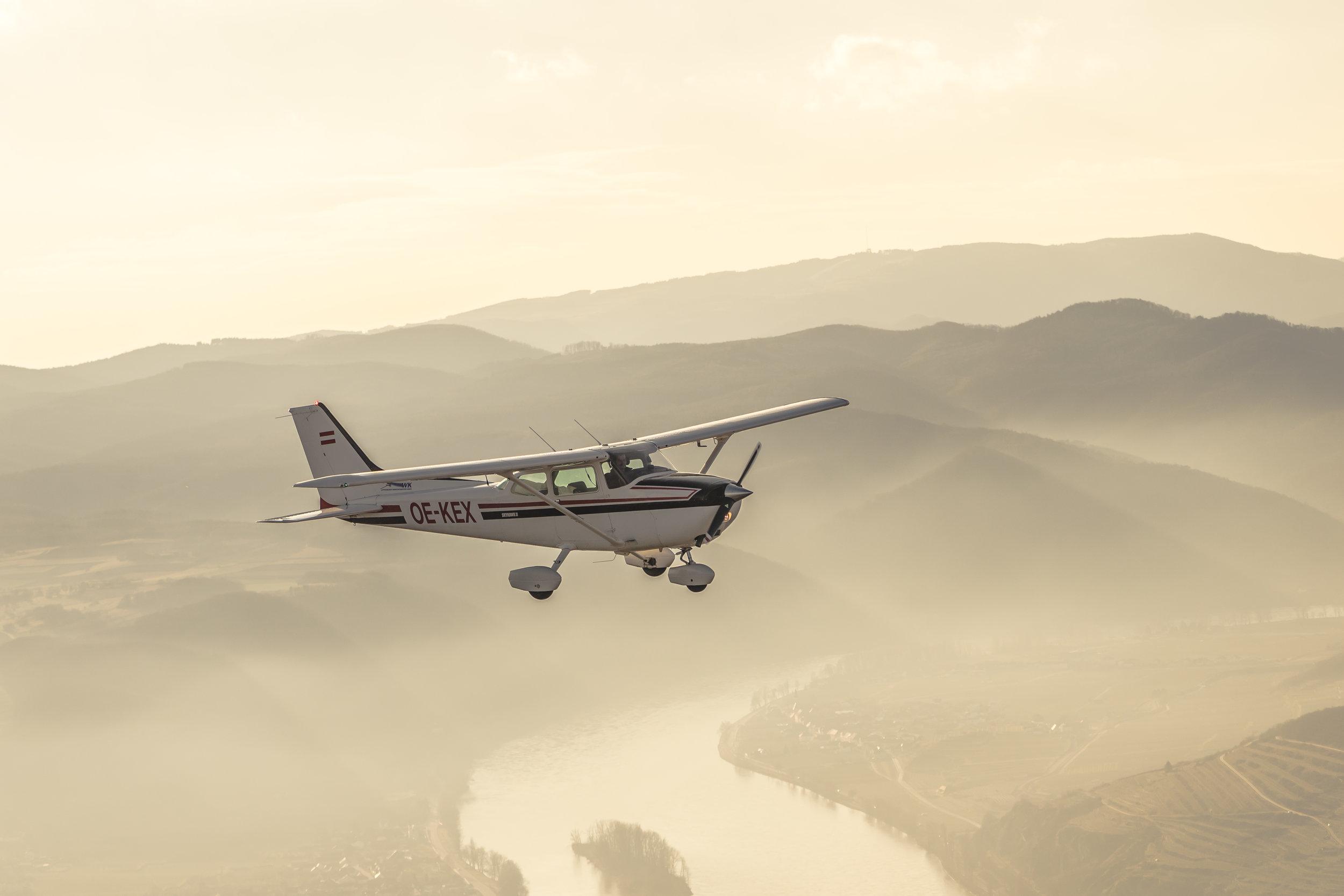 Cessna 172 P OE-KEX - Viersitziges ReiseflugzeugSpannweite: 9,20 mAntrieb: Lycoming O-320 D2JStartgewicht: 1089 KgReisespeed: 180 Km/hMotorleisung: 160 PSTankinhalt: 180l BleifreiReichweite: ca 800 Km