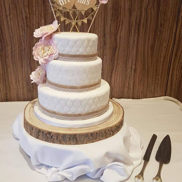 I love the rustic barn wedding style. rounded edges and log slice really add to the effect.  #weddings #weddingcake #scottishcakedesigner