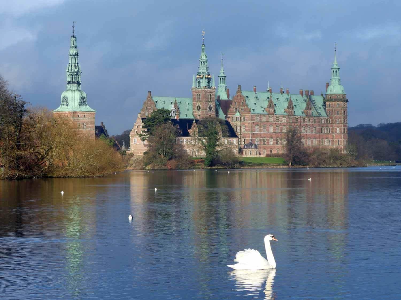 denmark-frederiksborg-castle-slot-swan-lake-slotssoen-hillerod.JPG