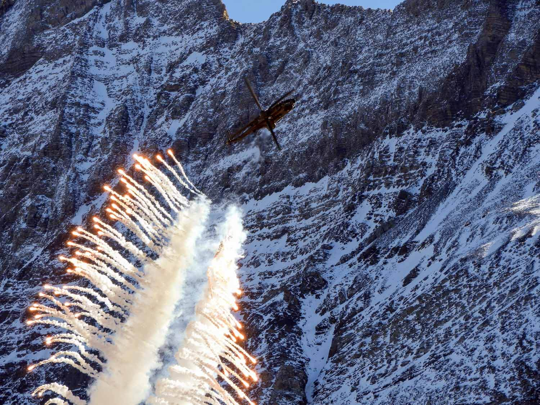 switzerland-axalp-super-puma-demo-flares-smoke-airshow (2).jpg