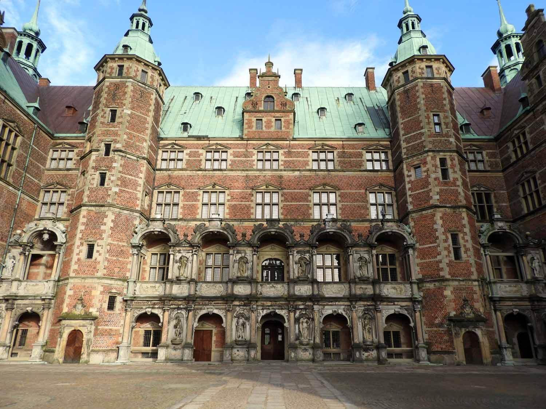 denmark-frederiksborg-slot-brick-courtyard-entrance-slotssoen-lake-see-hillerod.JPG