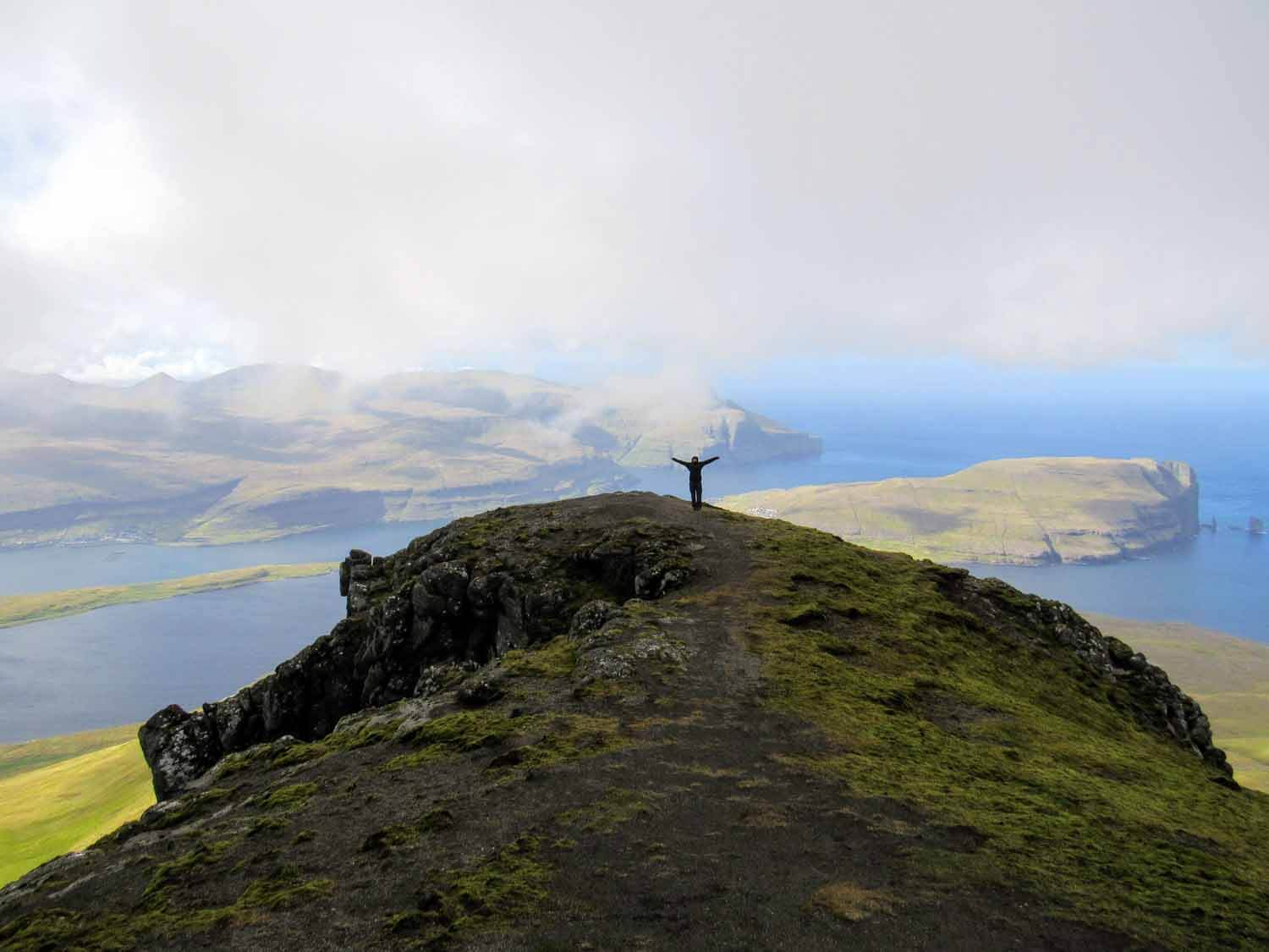 denmark-faroe-islands-eysturoy-slættaratindur-slaettaratindur-peak-highest-summit-hike-low-clouds-foggy.jpg