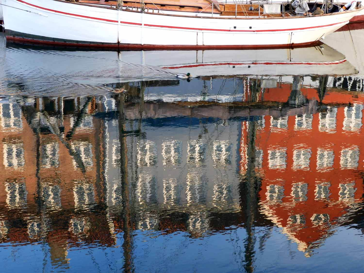 denmark-copenhagen-nyhavn-colorful-houses-reflection-boat.JPG