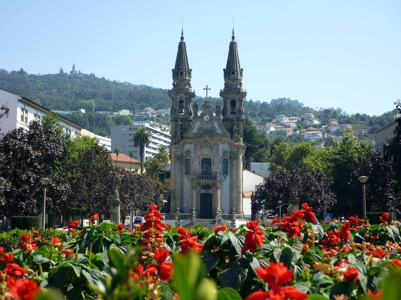 portugal-guimaraes-igreja-nossa-senhora-consola+º+úo-santos-passos-flowers.JPG
