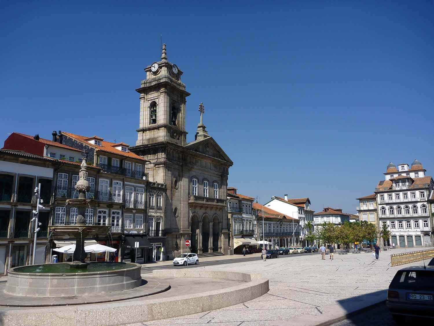 portugal-guimaraes-largo-toural.JPG