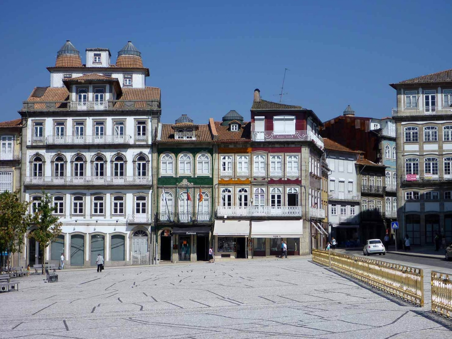 portugal-guimaraes-largo-toural-houses.JPG