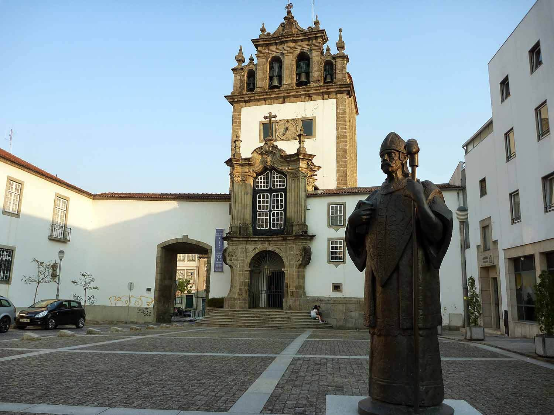 portugal-braga-square-statue.JPG