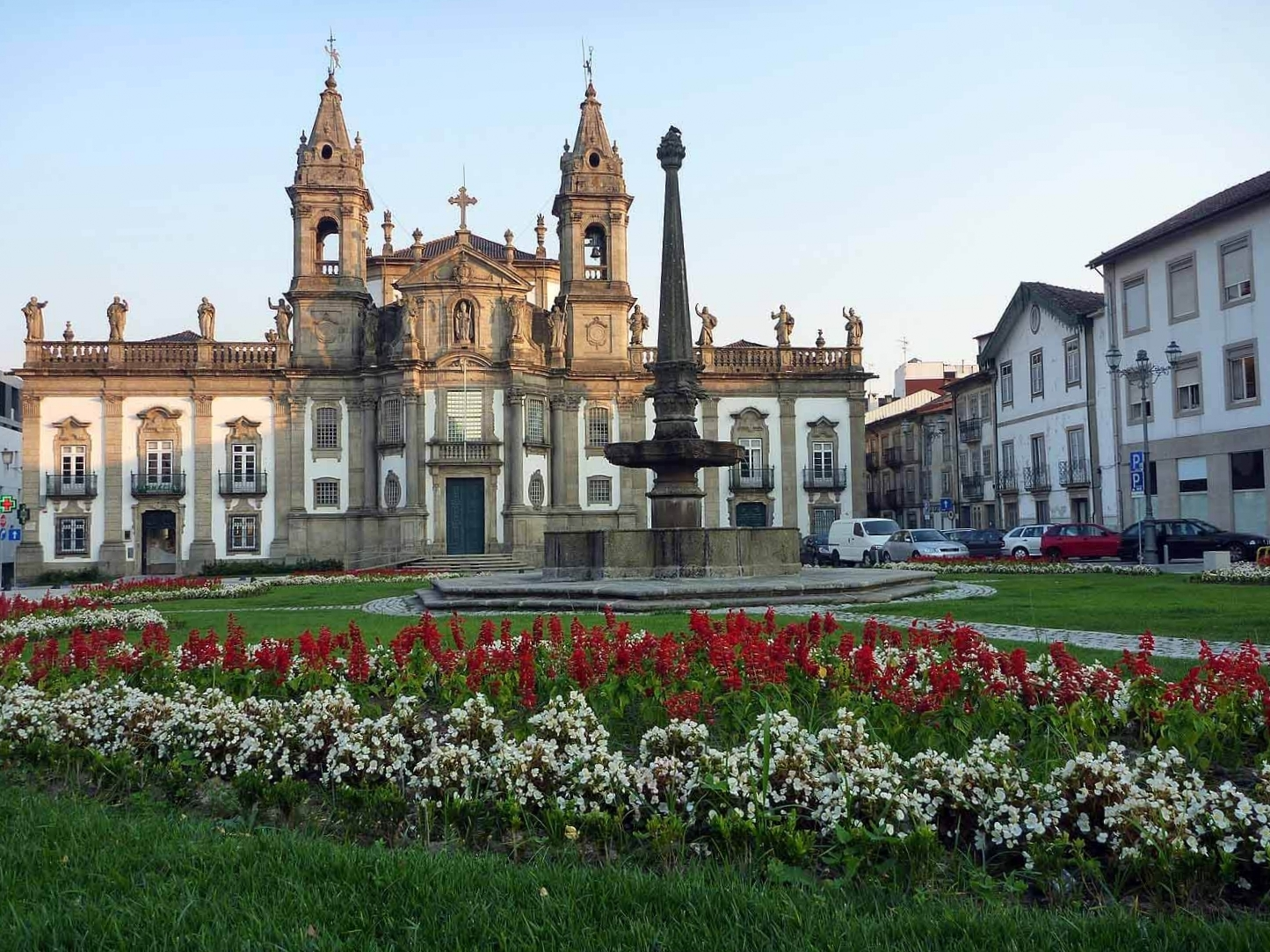 portugal-braga-largo-da-santa-cruz.JPG
