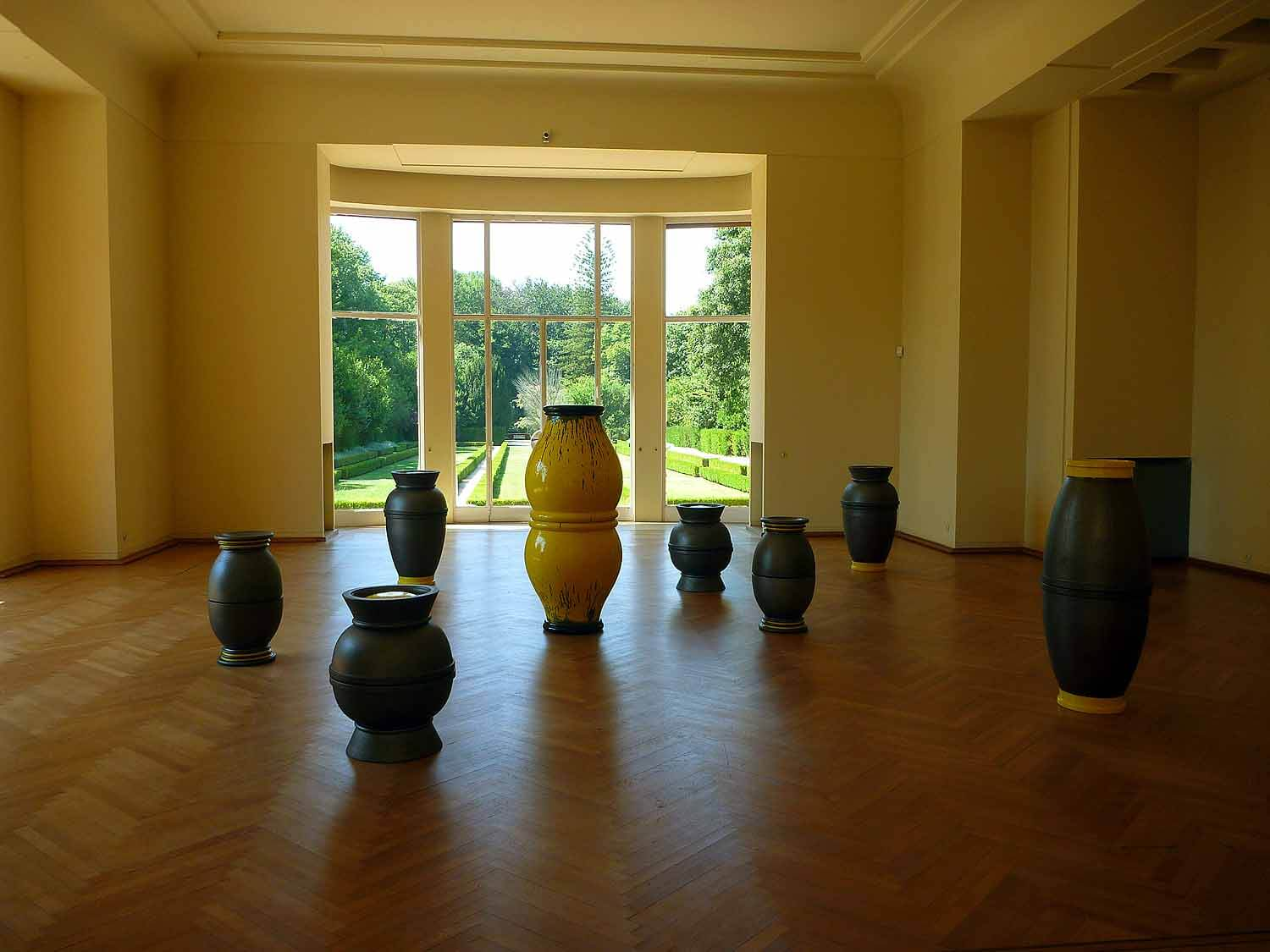 portugal-porto-oporto-museum-fundacao-foundation-serralves-modern-art-house-vase-display.JPG