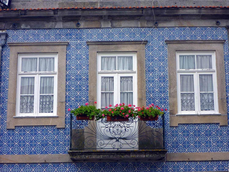 portugal-porto-oporto-azuleijo-janela-window-blue-tiles.jpg