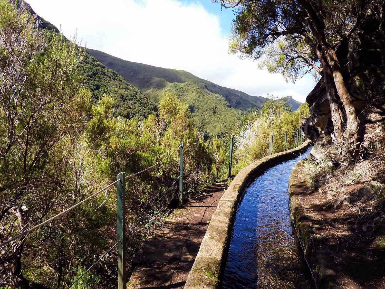 portugal-madeira-levada-25-fontes-watefalls-blue-canal-water.jpg