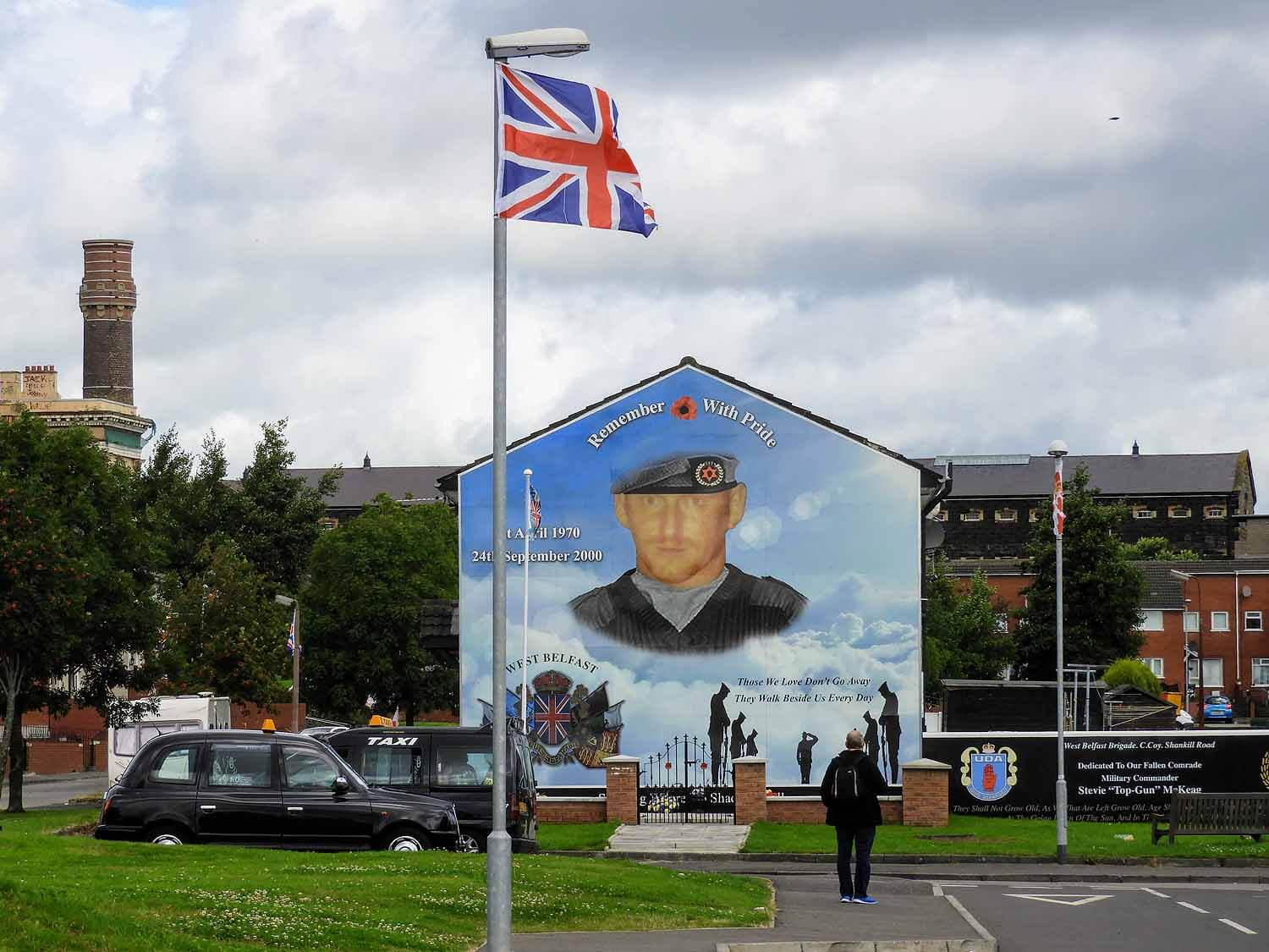 northern-ireland-belfast-black-cab-tour-art-shankill-memorial.jpg