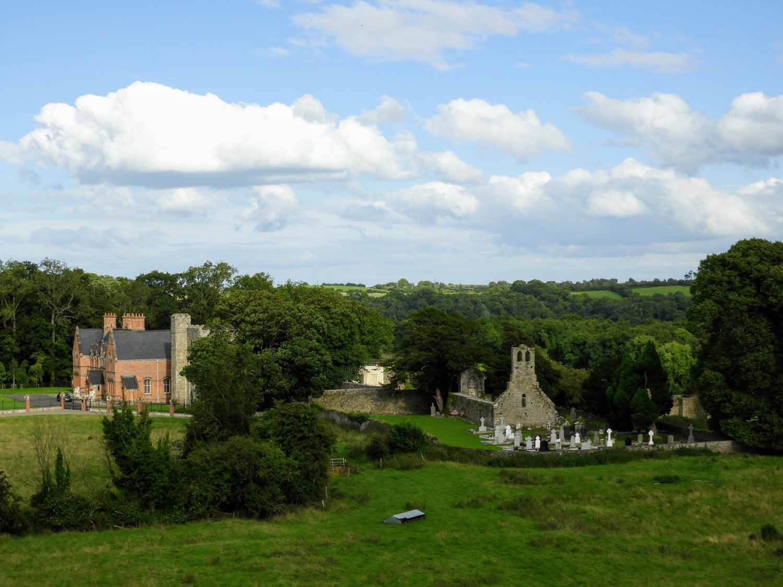 ireland-bru-na-boinne-ruins-celtic-church-mansion.jpg