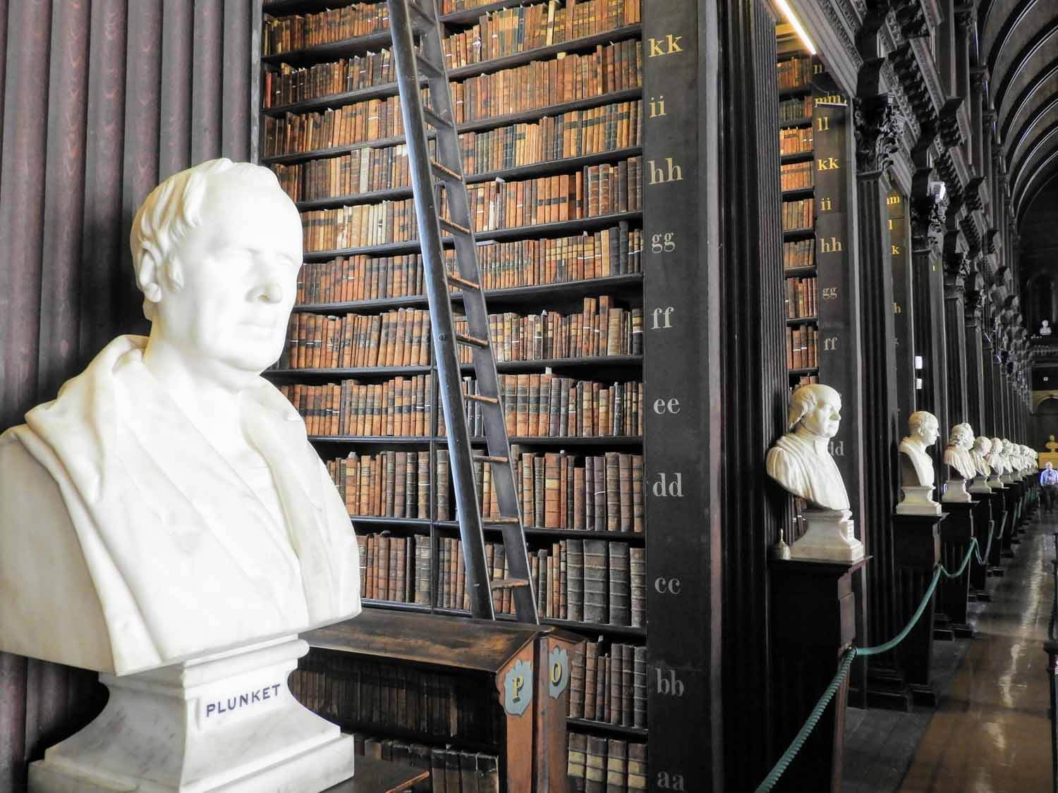 ireland-dublin-trinity-collage-library-books-statue.jpg