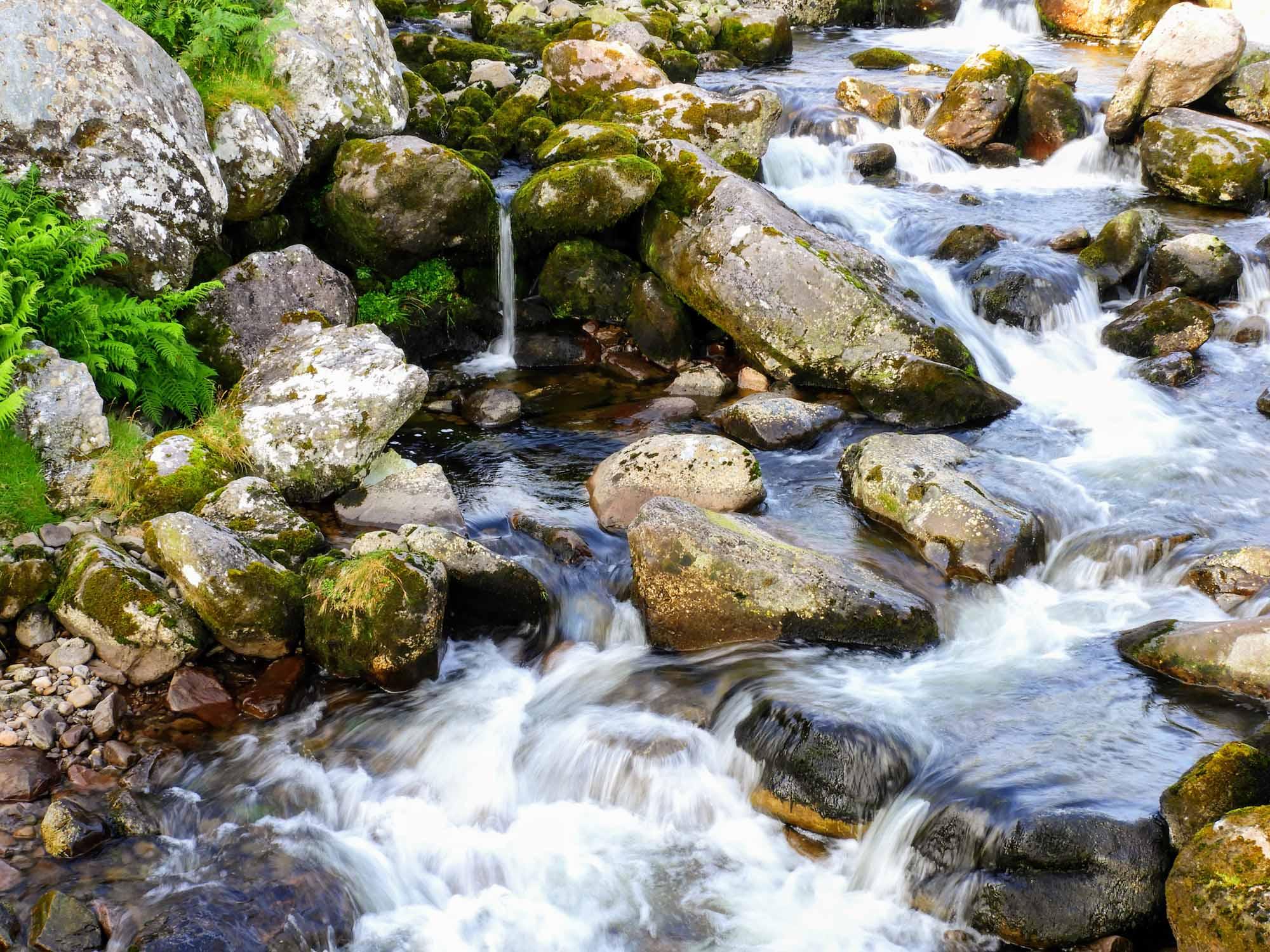 ireland-carrauntoohil-highest-mountain-peak-stream-water.jpg