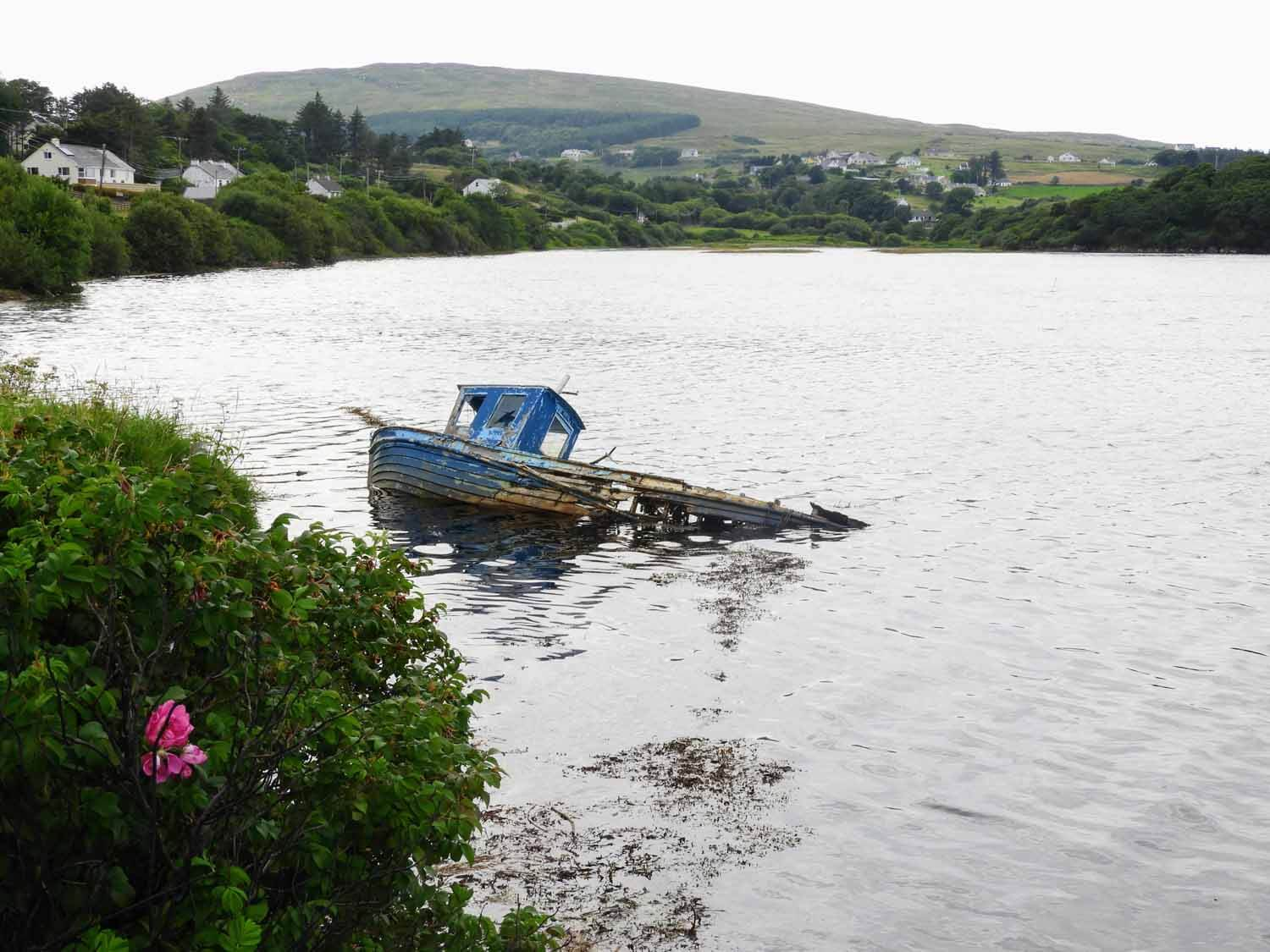 ireland-donegal-boat-sunken-bay-ocean-shore.jpg