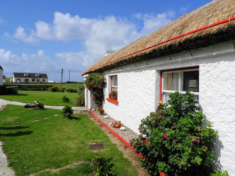 ireland-donegal-glencolumbkille-gleann-cholm-cille-folk-cottage.jpg