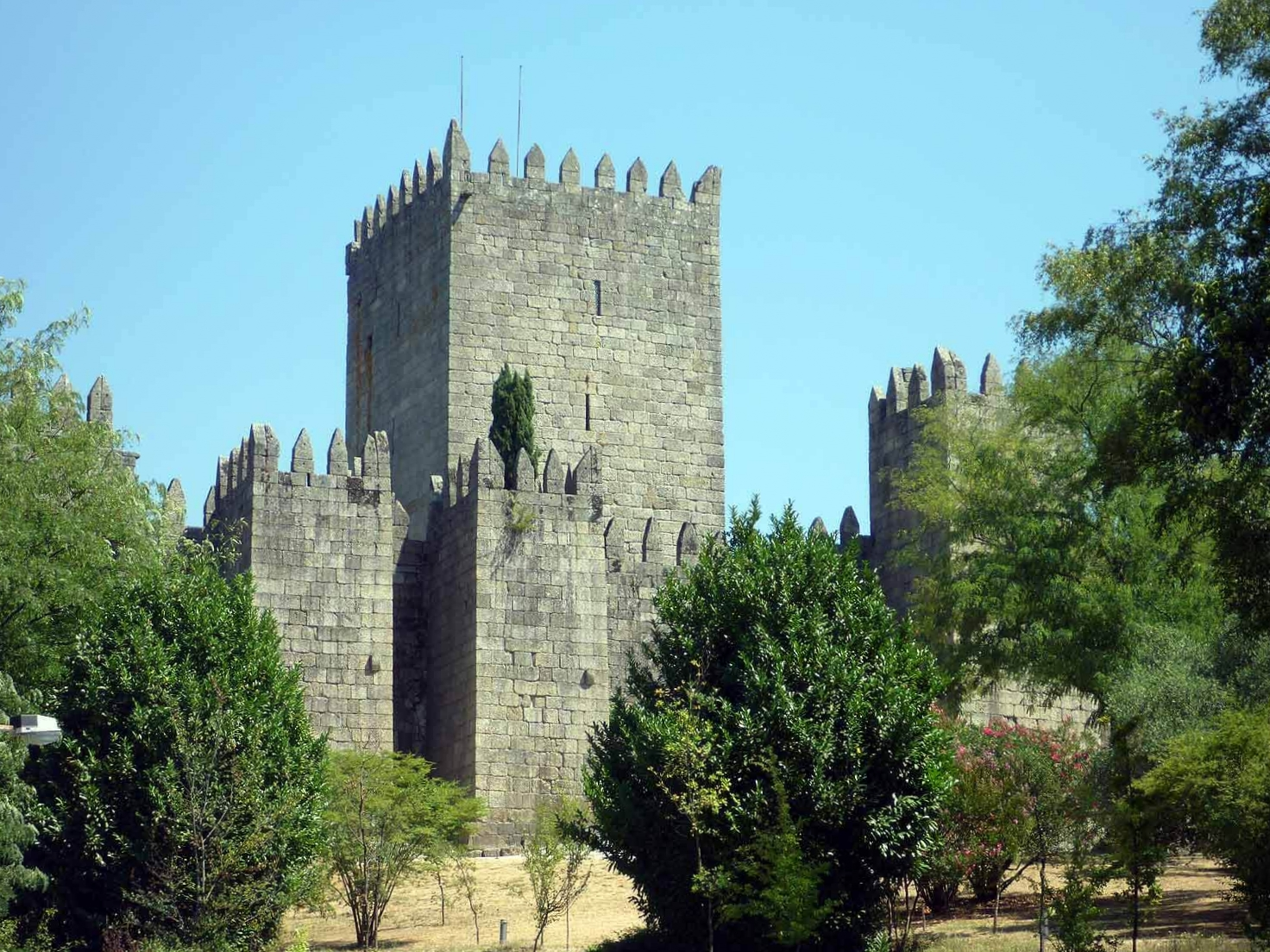 portugal-guimaraes-castle.JPG
